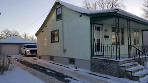 Great starter home FOR SALE in Welland with Garage!