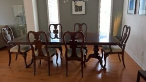 Beautiful Mahogany Dining Table With 6 Chairs