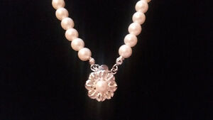 Beautiful Faux Pearl Necklace With Flower Pendant