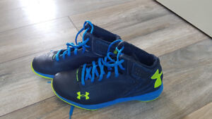 Boys size 5 Under Armour basketball shoes - LIKE NEW