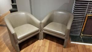 2x gray chairs