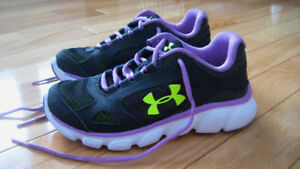 Worn once ~ girls Under Armour size 1