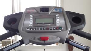 FreeSpirit Treadmill practically new/tapis roulant presque neuf
