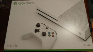 Xbox One S (like new) + 4 controllers + Headset