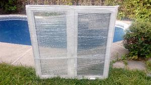 Deux fenêtres neuves jamais utiliser dans emballage