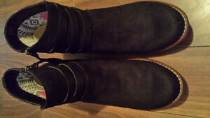 Brand new Roxy black suede ankle boots