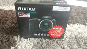 BNIB Fujifilm S8600 camera w/ 8GB SDcard & carrying case