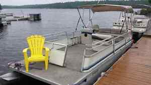 Pontoon boat 24 foot crest with a 40 hp evinrude