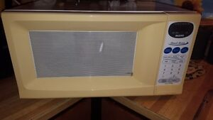 $10 Sanyo Direct Access Microwave Oven