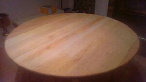 Table ronde en érable (aucun placage).