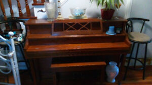UPRIGHT PIANO - GREAT FOR LEARNING!