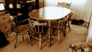 8 pce Dining Room Set. In very good condition