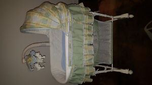 Bassinet for sale at $45/ Moise à vendre pour 45$
