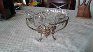 Crystal bowl and brass stand/ Bol de cristal et support en laito