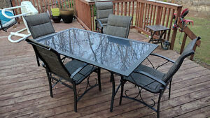 Patio table & 5 chairs / Table et 5 chaises