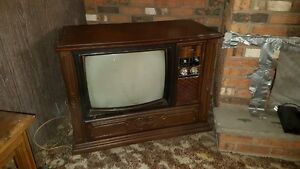 Hitachi 1975 antique television 26""