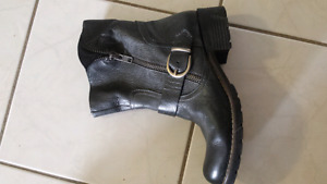 Black real leather boots size 9 for 5$
