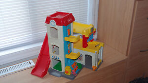 Garage Fisher Price comme neuf avec 2 voitures