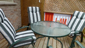 Round Patio Table with 4 Chairs & Chair Pads