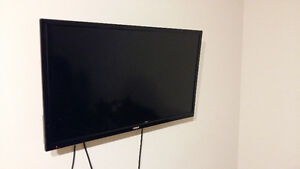 """SELLING 32"""" TV (MINT CONDITION)"""