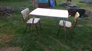 selling a small chrome vintage table and 2 chaires
