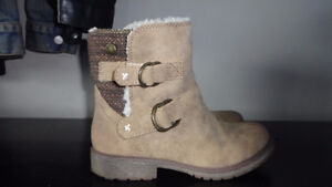 Size 3 girls lined Roxy boots