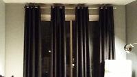 Quatre panneaux de rideaux noirs en tissu rigide