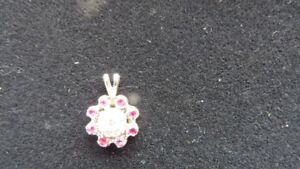Pendentif or blanc 14 kt sertie diamants .29 c. rubis 24c.
