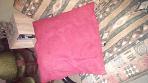 2 gros coussins rouge  suede Gatineau Ottawa / Gatineau Area image 1