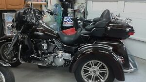 LOWERED PRICE FOR SALE MUST SEE 2014 HARLEY TRI GLIDE TRIKE
