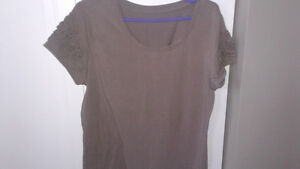 3 Ladies shirts size large, 1$ each