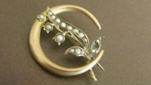 ANTIQUE 9K GOLD CRESCENT PIN WITH 16 SEED PEARLS