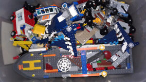 44.l Tub of assorted Lego pieces with starwars jets,and boats