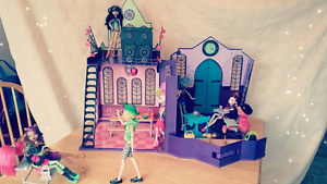 École Monster High + 8 poupées / Monster High School + 8 dolls