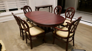 BEAUTIFUL MAHOGANY DINING TABLE + 8 CHAIRS