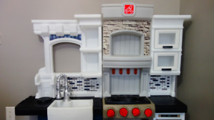Best Christmas Toy** Almost new Step2 Grand Luxe Kitchen toy