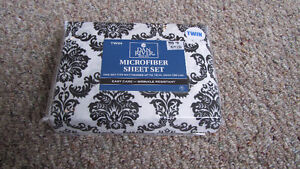 New in package Black and white damask Twin sheet set