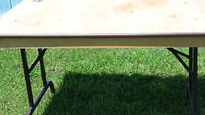 Foldable utility table / Table d'appoint repliable