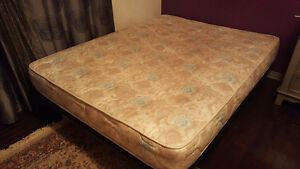 Queen sized bed for sale. Mattress and base. Gatineau Ottawa / Gatineau Area image 1