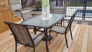 Set de patio- 1 table 60 x 37 et 4 chaises