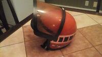 Vieux casque de ski doo (moto ski) avec visière bonne condition