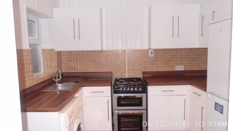 Lovely 3 bedroom house with a separate living room in Mile End