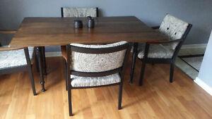 CUSHMAN SOLID WOOD MIN-CENTURY HARVEST TABLE & 4 ARMCHAIRS