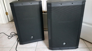 MACKIE SRM550 POWERED SPEAKERS w STANDS