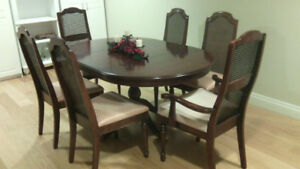 Beautiful Solid Wood Deilcraft  Dining Room Table and Chairs