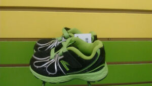 (102A) Boy's sneakers New Balance Size 5