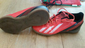 Adidas f5 indoor soccer shoes size 4