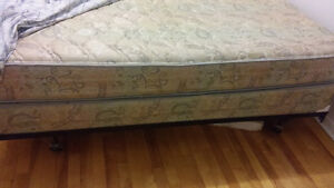 KING SIZE MATTRESS AND BOXSPRING - MATELAS ET SOMMIER KING
