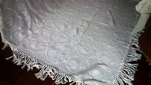 Beautiful Vintage Crocheted or Tatted Bedspread Kitchener / Waterloo Kitchener Area image 2