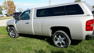 Pristine 2009 Chevrolet Silverado 1500 LT PU with 8' box.
